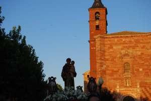 San Antonio saliendo de su templo, recien iniciada la procesión
