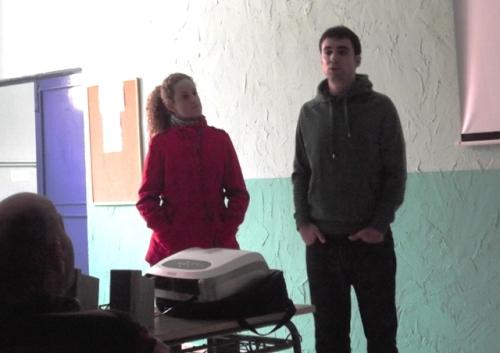 Miriam Lozano y Pablo Conde, miembros de Evasión Cine, presentan el acto ante los internos del centro penitenciario