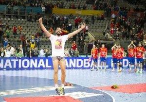 Maqueda cumpliendo su promesa de dar una vuelta a la cancha en calzoncillos si España ganaba el mundial...