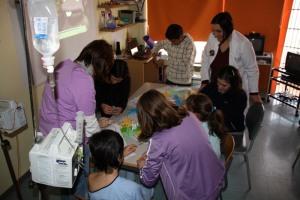 Taller grullas aula hospitalaria y alumnos Jardín de Arena