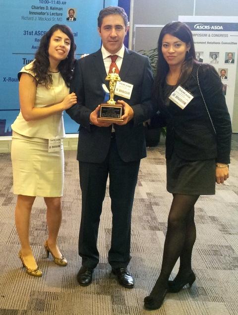Los doctores Laura Alfaya, Agustín Núñez y Raquel Núñez tras recibir el primer premio en San Francisco