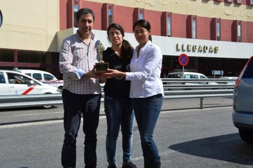 En Barajas, de izq. a dcha Agustín Núñez, Laura Alfaya y Raquel Núñez