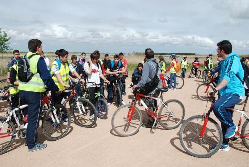 Alumnos durante su recorrido en bicicleta
