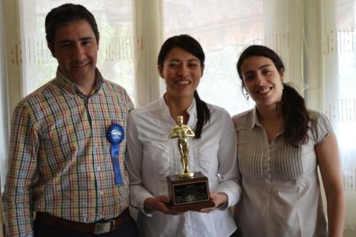 De izquierda a derecha los doctores Agustín Núñez, Raquel Núñez y Laura Alfaya con el premio