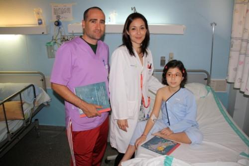 Niña ingresada en pediatría Mancha Centro recibe libro FA3