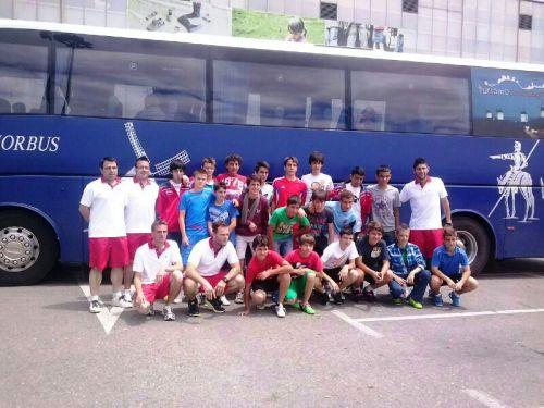 Los infantiles de la Escuela de Fútbol de Alcázar de San Juan con el equipo técnico y directivo