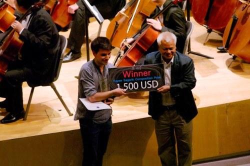 El joven compositor alcazareño, Óscar Escudero, recogiendo el premio