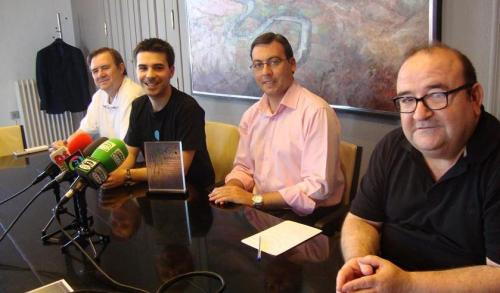 El joven compositor Óscar Escudero,  segundo por la izquierda