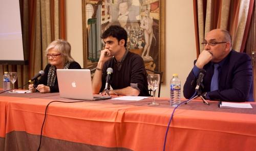Pablo Conde, moderador del debate, junto a la maestra Mercedes Ruíz y al investigador Mariano Velasco (FOTO: Hugo De la Riva)