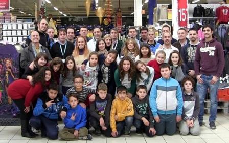 """Alumnos y profesores del CP Jardín de Arena junto a miembros de Carrefour y """"Evasión Cine"""" (FOTO: Paco Villodre)"""