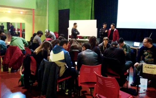 """Un grupo de alumnos y monitores del taller de cine """"Moñiwood"""" en el Centro Joven Covadonga (IMAGEN: Pascu Triguero)"""