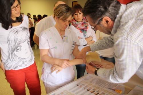 Colocando apósito en taller práctico heridas crónicas