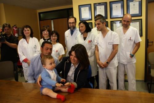Alonso con sus padres y el equipo de profesionales