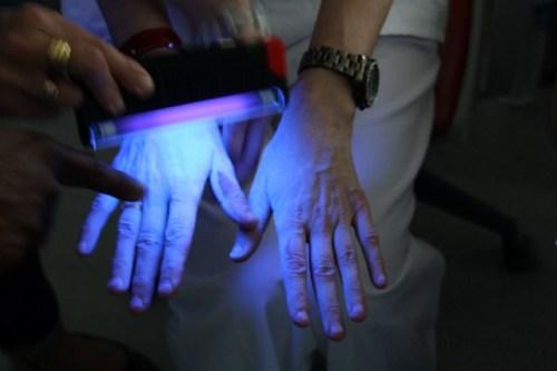 Prueba con luz UV para comprobar higiene de manos