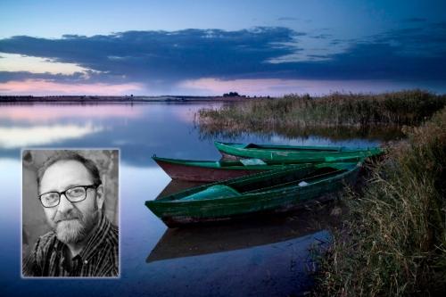 Retrato del fotógrafo alcazareño Miguel Calatayud sobre una de las imágenes que se mostrarán en su exposición
