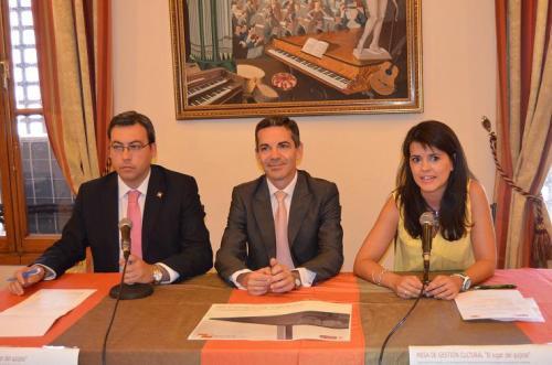 Autoridades autonómicas y locales presentando el acto
