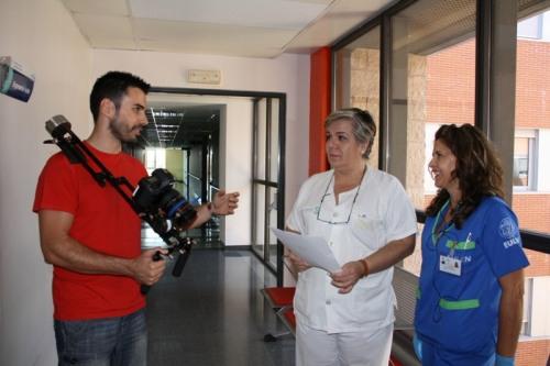 Hugo de la Riva con profesionales del Hospital en el rodaje