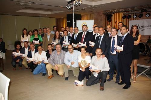 Foto de familia premiados y entidades colaboradoras en la cena de Hermandad