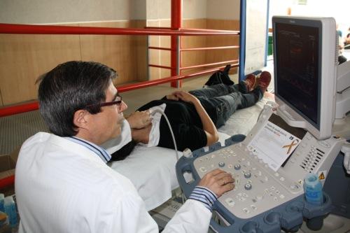 Jefe Neurología realiza EcoDoppler a un usuario en el punto informativo