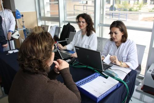 Enfermeras imparten educación para la salud en el stand