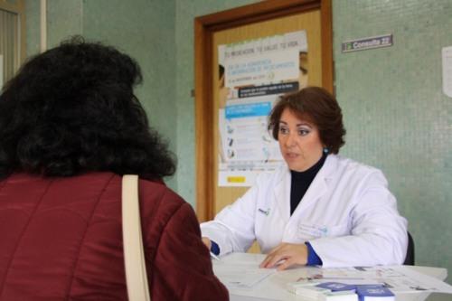 Farmacéutica Teresa González hablando con una usuaria del C.S. Alcázar 1