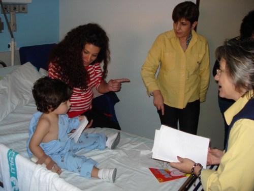 Niño de tres años antes de entregar carta Reyes a Correos