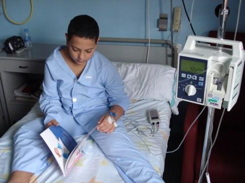 Niño ingresado lee el libro Día Discapacidad