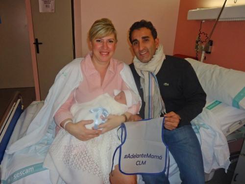 Marcos, con sus padres Carmen y Daniel en el Hospital de Alcázar