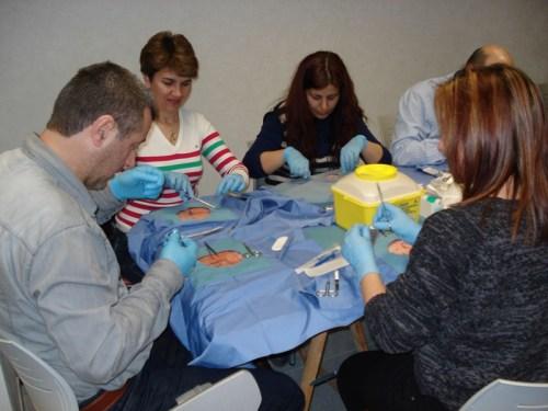 Alumnos realizando prácticas taller de suturas