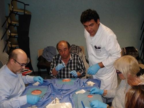 Docente Alex Neme con alumnos taller de suturas