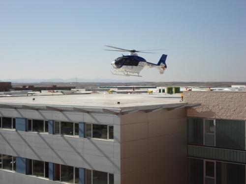 Un helicóptero del SESCAM llegando a la helisuperficie del Hospital de Alcázar