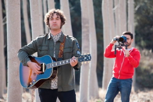 """El cantante José Pérez de """"Julieta 21"""" grabado por Hugo De la Riva en el videoclip. (Imagen: MIGUEL CALATAYUD)"""