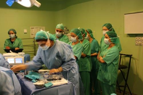 Primer plano cirujanos de otros centros durante la cirugía