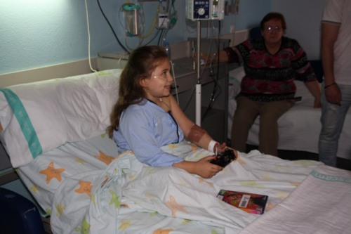 Una niña hospitalizada juega a la videoconsola