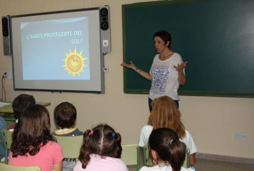 Enfermera Amalia Ruiz impartiendo charla en colegio Alcázar