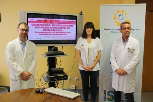 Nuria Infante con responsable Unidad Docente (i) y director de enfermería