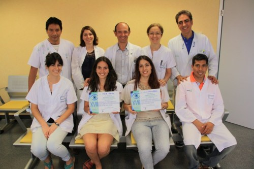 Las residentes premiadas posan con compañeros y responsables de Oftalmología