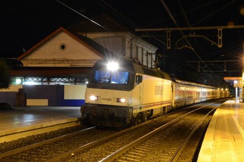 Tren Hotel Barcelona-Granada  en la estación de Alcázar de San Juan