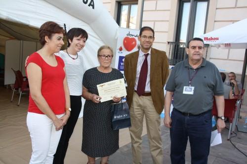 Gerente con alcaldesa, responsables locales de donantes y Cruz Roja