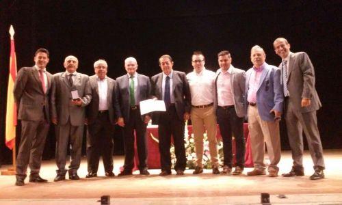 Foto de familia de los miembros de la federación de fútbol y de Instituciones penitenciarias, tras la entrega de premios