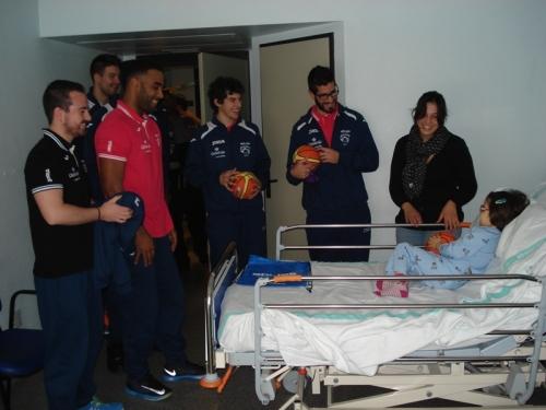Visita jugadores Alcazar Basket a Pediatría última Navidad