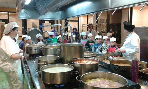 alumnos del Picasso en la cocina del Mancha Centro