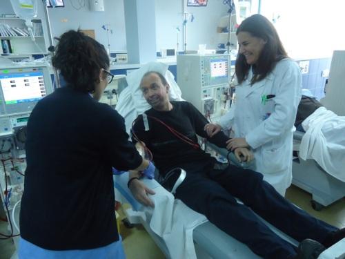 Paciente en hemodiálisis con profesionales