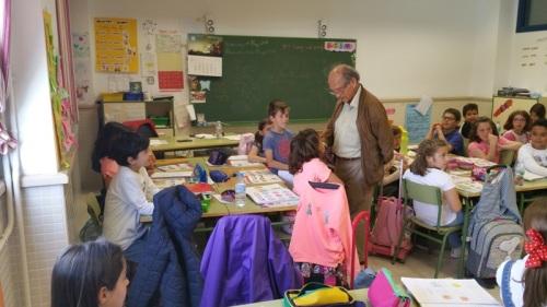 Jose Corredor Matheos en el Colegio Jardin de Arena con los niños