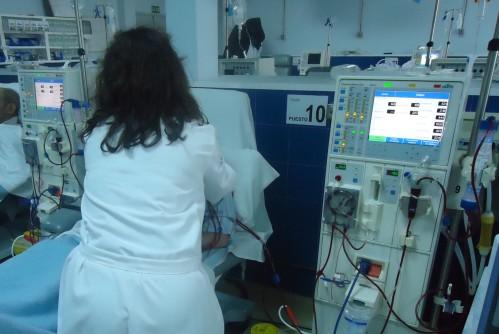 enfermera-con-un-paciente-en-tratamiento-dialisis